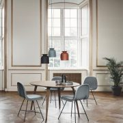 Gubi_Chair_Centerbase_Ronde_pendant_-_S_-_charcoal_black_and_rusty_red_Gubi_Dining_Table_Round_Grand_Piano-Tonus_615_1024x1024